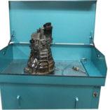 Onderdelenreiniger -Ontvetterbak - Spoelbak met zwaar onderdeel voor te ontvetten en verwijderen van oliën.